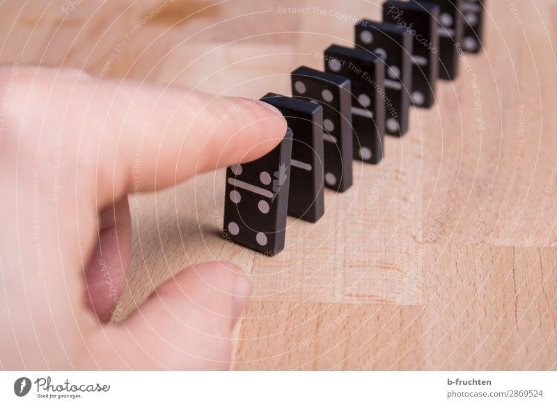 umfallen Freude Freizeit & Hobby Spielen Glücksspiel Finger berühren Dominosteine Spielstein anstupsen Reihe Kettenreaktion Reaktionen u. Effekte Farbfoto