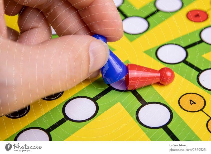 geschlagen Freude Freizeit & Hobby Spielen Brettspiel Erfolg Verlierer Finger wählen gebrauchen festhalten frech frei mehrfarbig Kraft Macht Spielfigur