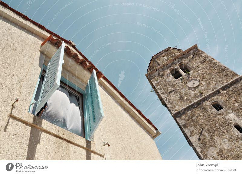 blähung blau ruhig Leben Architektur Gebäude Fassade Idylle Häusliches Leben Tourismus Kirche Turm Freundlichkeit Sicherheit Stoff Bauwerk Dorf