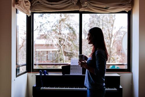junge Frau mit einer Tasse Kaffee zu Hause Stil schön Freizeit & Hobby Spielen Musik Mensch feminin Junge Frau Jugendliche Erwachsene 1 30-45 Jahre Konzert