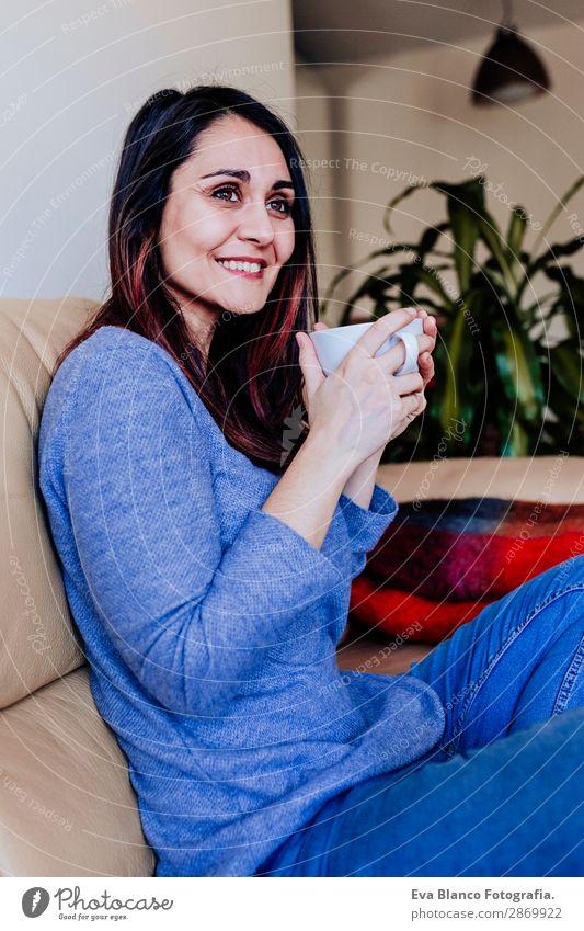 Frau Mensch Jugendliche Junge Frau blau Lifestyle Erwachsene feminin Glück Freizeit & Hobby Lächeln sitzen genießen niedlich Kaffee Getränk