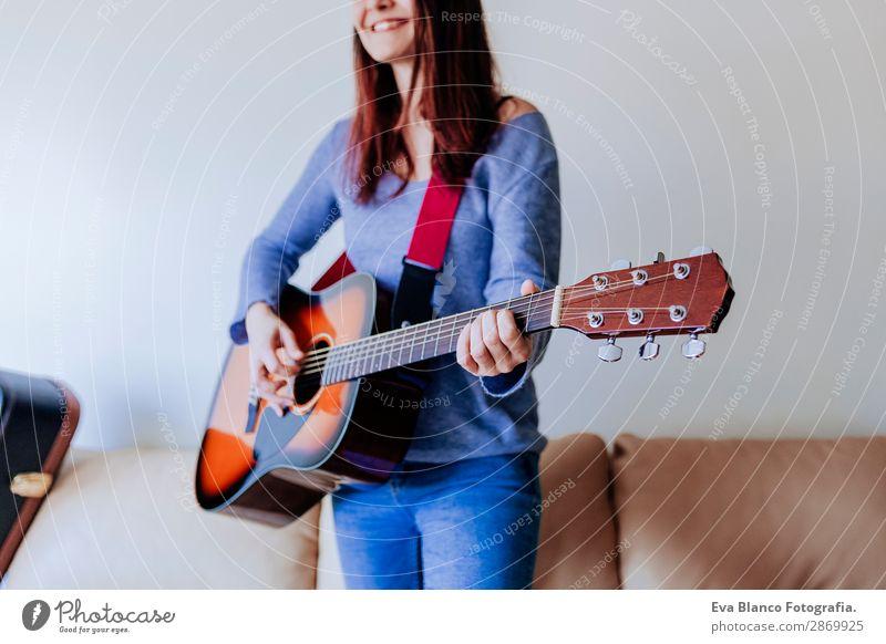 Junge schöne Frau beim Gitarre spielen Lifestyle Glück Spielen Freiheit Wohnung Haus Sofa Schlafzimmer Musik feminin Junge Frau Jugendliche Erwachsene 1 Mensch