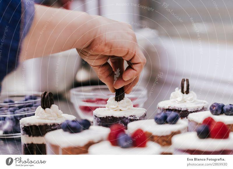 Nahaufnahme der Frau beim Zubereiten von Gebäck Lebensmittel Teigwaren Backwaren Brot Brötchen Croissant Kuchen Ernährung Essen Frühstück Arbeitsplatz Küche