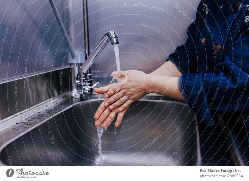 Frau beim Händewaschen in der Bäckerei. Indoor Körperpflege Bad Business feminin Erwachsene Hand Finger 1 Mensch 45-60 Jahre nass Sauberkeit Schutz Reinheit