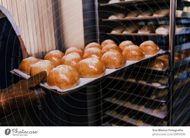 Frau mit einem Brötchenregal in einer Bäckerei. Brot Glück Küche Restaurant Schule Arbeit & Erwerbstätigkeit Beruf Fotokamera feminin Erwachsene Hand 1 Mensch