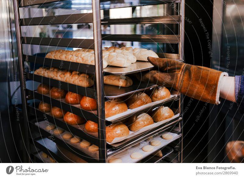 Frau mit Brötchenregal in einer Bäckerei Brot Glück Küche Restaurant Schule Arbeit & Erwerbstätigkeit Beruf Fotokamera feminin Erwachsene Hand 1 Mensch
