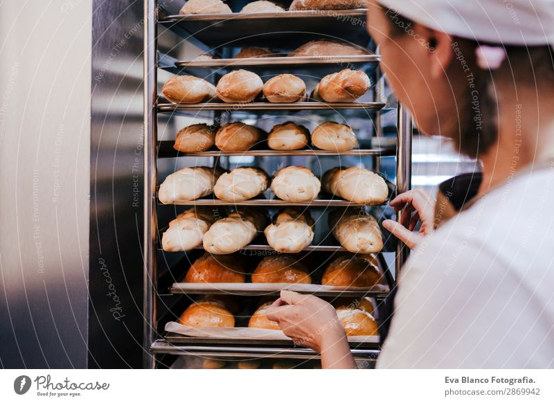 Frau mit einem Brötchenregal in einer Bäckerei. Brot Glück Küche Restaurant Schule Arbeit & Erwerbstätigkeit Beruf Fotokamera feminin Erwachsene Hand Gebäude