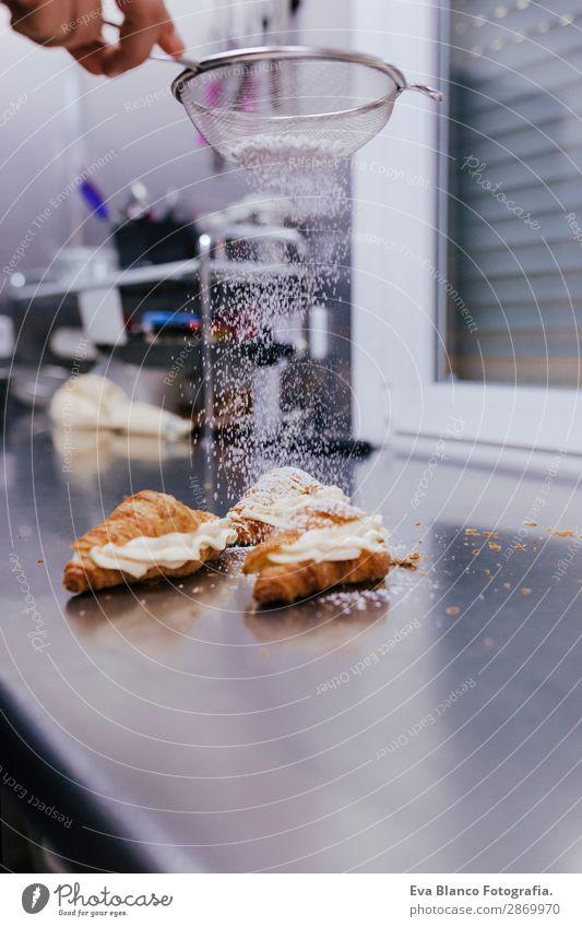 Frau Hände besprenkelndes Weißmehl über Croissants Teigwaren Backwaren Brot Brötchen Ernährung Küche Mensch feminin Erwachsene Arme Hand 1 45-60 Jahre machen