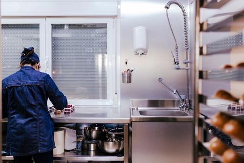 Frau, die an der Bäckerei arbeitet und Süßigkeiten zubereitet. Brot Brötchen kaufen Arbeit & Erwerbstätigkeit Beruf Arbeitsplatz Fabrik Industrie Business