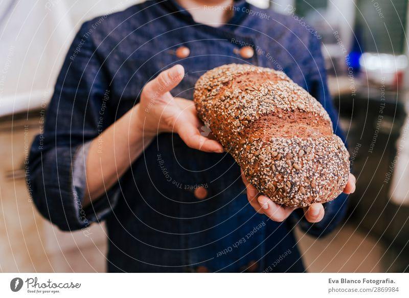 Chefkoch in der Bäckerei mit Samenbrot. Tagsüber Brot Ernährung kaufen Gesundheit Arbeit & Erwerbstätigkeit Beruf Business Mensch feminin Frau Erwachsene Hand 1