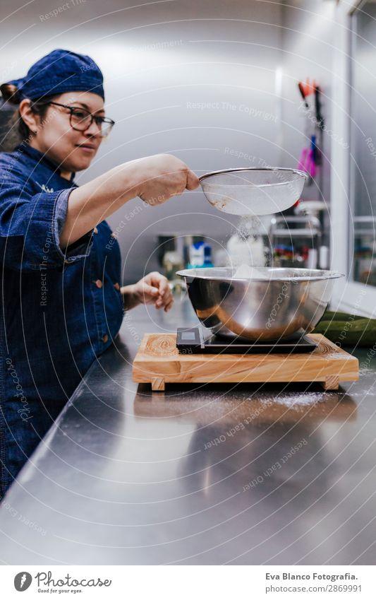 Frau beim Sichten von Mehl durch Sieben in der Schüssel nach dem Rezept Schalen & Schüsseln Mensch feminin Erwachsene Hand 1 45-60 Jahre Stahl Bewegung machen