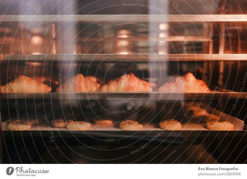 Croissants, die im Ofen gebacken werden. Teigwaren Backwaren Brot Brötchen Ernährung Arbeitsplatz Fabrik Industrie Business Pflanze Wärme Herd & Backofen Linie