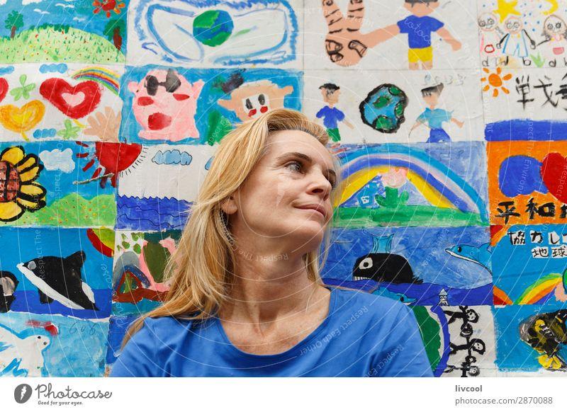 Frau Mensch blau schön Erotik Erholung Gesicht Auge Lifestyle Erwachsene gelb Senior feminin Glück außergewöhnlich Haare & Frisuren