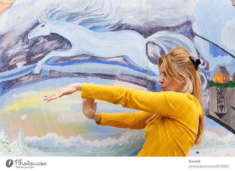 Tanzen am Morgen Lifestyle Design Glück Erholung Mensch feminin Frau Erwachsene Weiblicher Senior 1 45-60 Jahre Park blond Pferd Denken fliegen Lächeln träumen