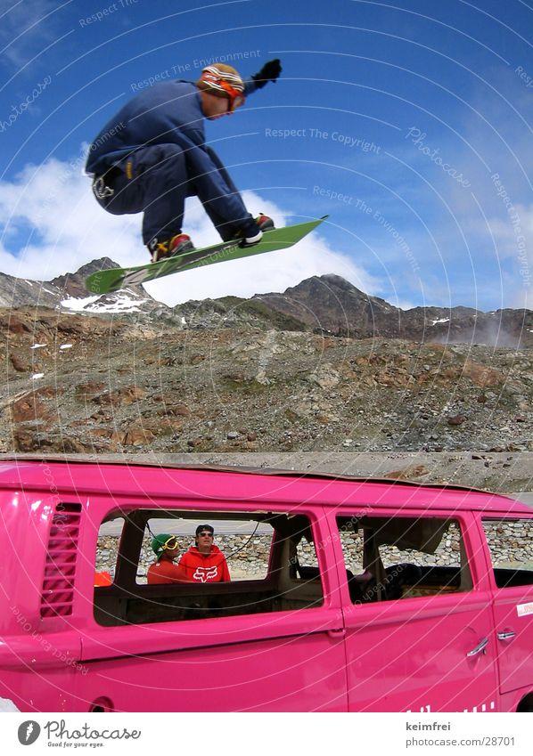 grab Snowboard Winter springen Stil Sport Nosebone Schnee Sonne rosa neonfarbig leuchtende Farben hoch Snowboarder Snowboarding Körperhaltung Kleintransporter