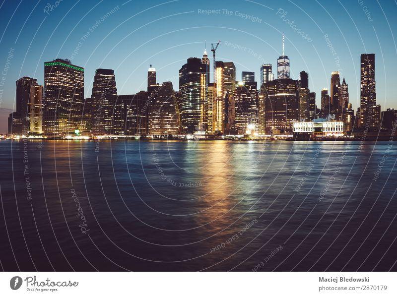 Manhattan zur blauen Stunde, New York. Reichtum Ferien & Urlaub & Reisen Sightseeing Städtereise Häusliches Leben Wohnung Himmel Fluss Stadtzentrum Skyline