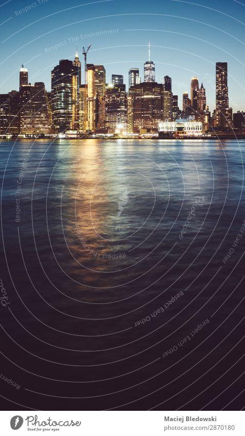 Manhattan zur blauen Stunde, New York. Lifestyle kaufen Reichtum Ferien & Urlaub & Reisen Sightseeing Himmel Fluss Stadtzentrum Skyline Hochhaus Bankgebäude