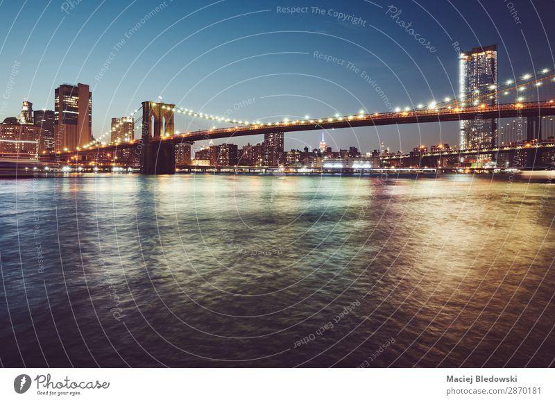 Brooklyn Bridge zur blauen Stunde, New York. Ferien & Urlaub & Reisen Ausflug Sightseeing Städtereise Himmel Fluss Skyline bevölkert Hochhaus Brücke Gebäude