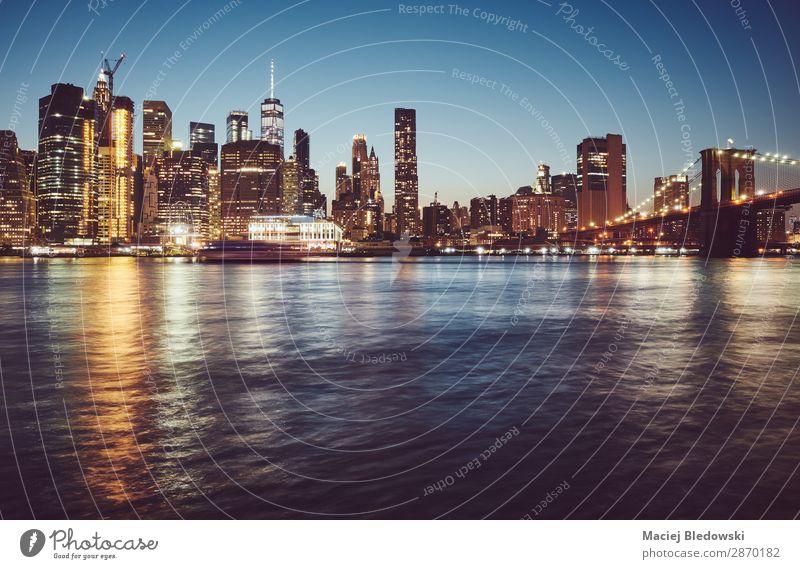 Manhattan zur blauen Stunde, New York. Ferien & Urlaub & Reisen Sightseeing Städtereise Himmel Fluss Skyline Hochhaus Brücke Gebäude Architektur dunkel reich