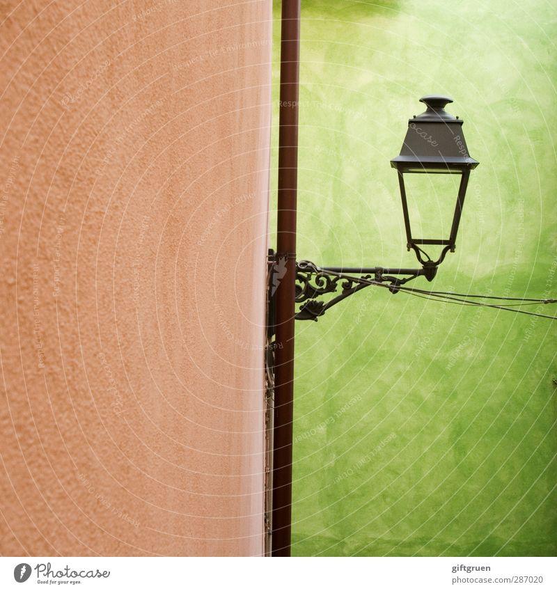 laterne III Haus Mauer Wand grün Laterne Beleuchtung Schnörkel alt Farbfoto Außenaufnahme Menschenleer Textfreiraum links