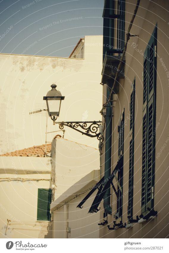laterne II Haus Fassade Fenster hell Laterne Straßenbeleuchtung Beleuchtung Licht Fensterladen Schnörkel weiß Himmel Südeuropa alt Altstadt Italien geschlossen
