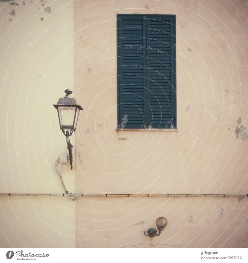 laterne I alt Haus Fenster Wand Mauer Beleuchtung hell Fassade geschlossen Laterne Straßenbeleuchtung Putz Fensterladen Altstadt