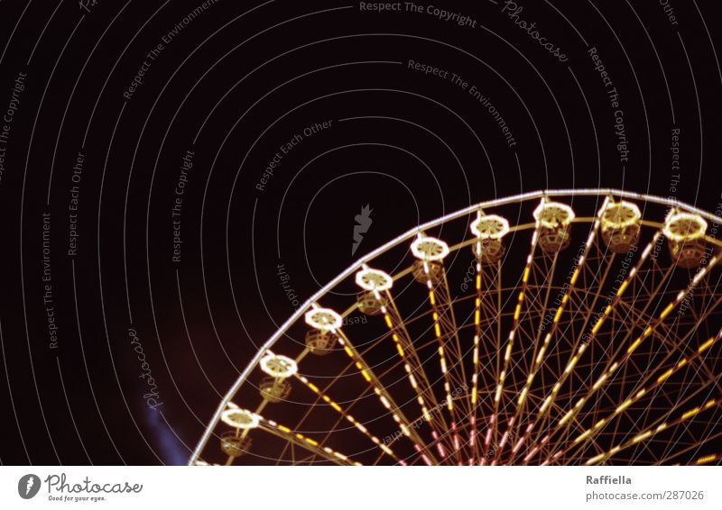 round and round Himmel Bewegung Lampe leuchten rund fahren Jahrmarkt Wolkenloser Himmel Nachthimmel Lichtspiel Karussell Riesenrad Lichtstrahl Lichtermeer
