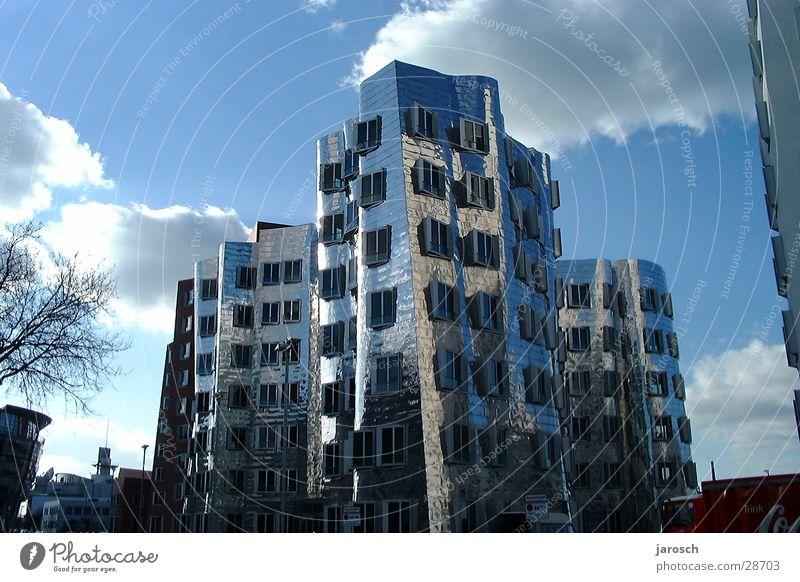 Metallhaus Haus Wolken Architektur Düsseldorf Reflektionen Graffiti Blauer Himmel
