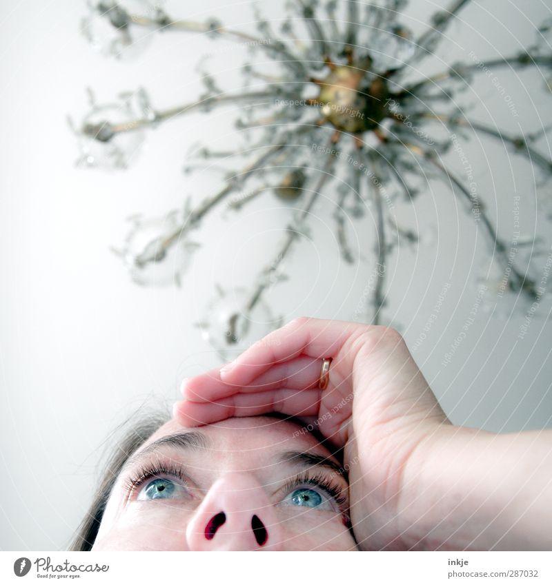 Room with a view Häusliches Leben Wohnung Lampe Zimmerdecke Kronleuchter Junge Frau Jugendliche Erwachsene Gesicht 1 Mensch 30-45 Jahre beobachten Denken