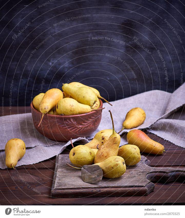 reife gelbe Birnen in einer braunen Tonschale Frucht Ernährung Vegetarische Ernährung Diät Schalen & Schüsseln Tisch Natur Herbst Holz alt Essen frisch lecker