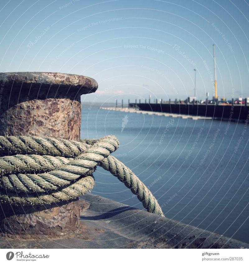 festgemacht Küste Meer festhalten Seil Poller Hafen Hafeneinfahrt Wasser festbinden Knoten Anlegestelle anleinen Fahnenmast Himmel Schifffahrt Metall