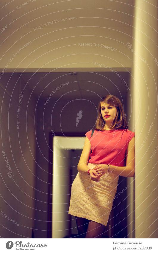Angelehnt. Mensch Frau Jugendliche schön rot Erwachsene Junge Frau Wand feminin Wege & Pfade Stil Denken 18-30 Jahre Mode rosa warten