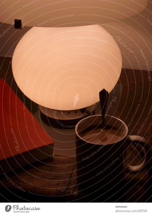 Stilleben mit Kaffee Tasse Tisch Lampe Physik gemütlich Häusliches Leben Wärme