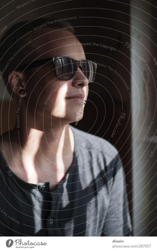 blinded by the light Mensch maskulin Junger Mann Jugendliche Erwachsene 1 18-30 Jahre Jugendkultur Mauer Wand Fenster T-Shirt Piercing Ohrringe Sonnenbrille