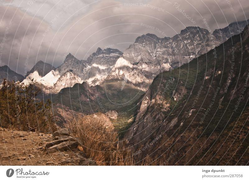 Tigerschlucht Natur Landschaft Umwelt Berge u. Gebirge Gras Wege & Pfade Felsen Gipfel Aussicht Asien China Schlucht Nationalpark Himalaya Hochgebirge Yunnan