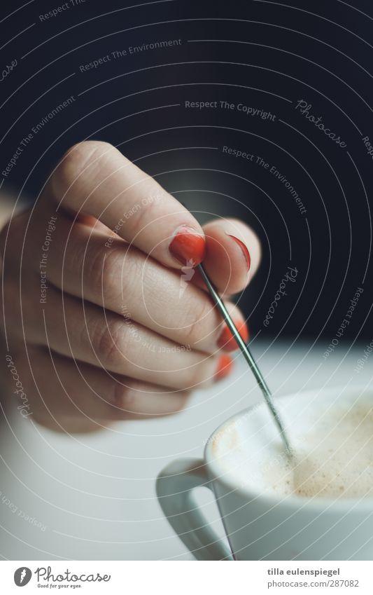 Rühre rühre Löffelstiel Kaffeetrinken Latte Macchiato Tasse Hand gebrauchen Nagellack Finger rühren Schaum festhalten Tragegriff Farbfoto Innenaufnahme