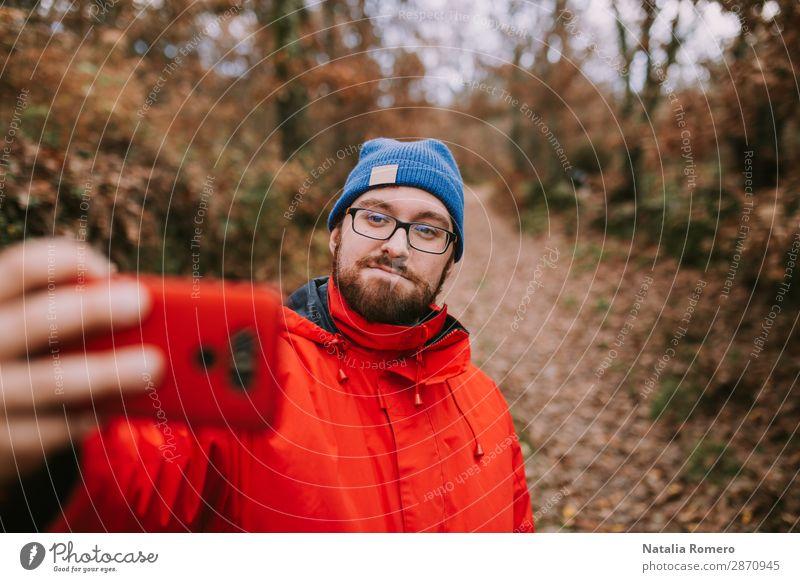 Junger Mann macht ein Foto im Wald. Lifestyle Glück Freizeit & Hobby Ferien & Urlaub & Reisen Abenteuer Freiheit wandern Telefon Handy PDA Technik & Technologie