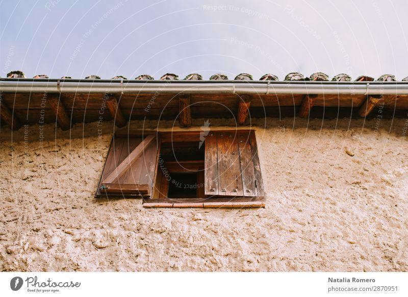 Die Fassade eines Landhauses mit einem halb geöffneten Holzfenster. schön Ferien & Urlaub & Reisen Haus Garten Dekoration & Verzierung Kultur Natur Landschaft