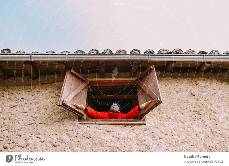 In einem ländlichen Haus öffnet ein junger Mann das Fenster. schön Ferien & Urlaub & Reisen Garten Dekoration & Verzierung Erwachsene Kultur Natur Landschaft