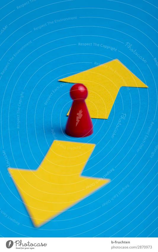 vor und zurück Erfolg Verlierer Wirtschaft Business Karriere 1 Mensch Papier Zeichen Pfeil wählen Bewegung stehen blau gelb rot Hoffnung Beginn Fortschritt Idee