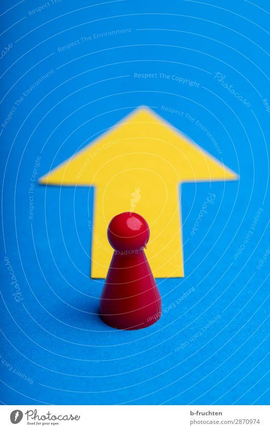 Geradeaus Wirtschaft Werbebranche Business Karriere Erfolg Arbeitslosigkeit Zeichen Pfeil wählen gehen stehen blau gelb Wandel & Veränderung Wege & Pfade