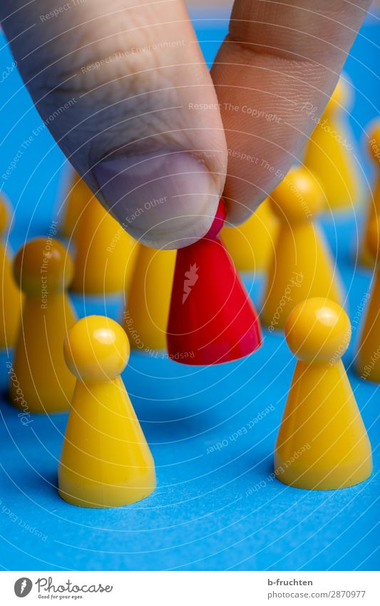 Anders sein! Arbeitsplatz Wirtschaft Werbebranche Karriere Erfolg Team Zeichen wählen gebrauchen berühren festhalten Zusammensein einzigartig blau gelb rot
