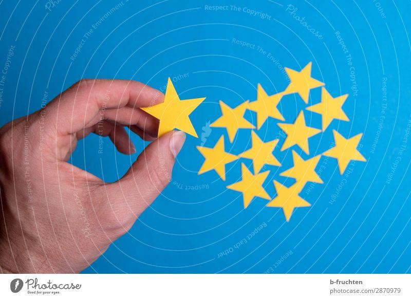 Sterne auswählen Wirtschaft Business Karriere Erfolg Mann Erwachsene Hand Finger Papier Zeichen gebrauchen festhalten Kommunizieren Zusammensein blau gelb