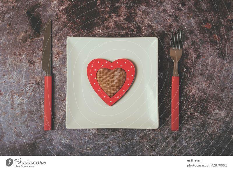 rotes Herz auf weißem Teller neben Besteck Ernährung Mittagessen Abendessen Gabel Lifestyle Dekoration & Verzierung Restaurant Feste & Feiern Paar Diät Liebe