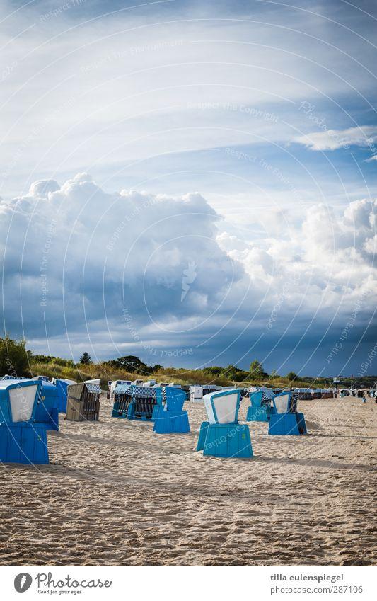 Sitzgelegenheit mit 10 Buchstaben Sand Himmel Wolken Gewitterwolken Unwetter Ostsee bedrohlich blau Strandkorb Sandstrand Kumulus Himmel (Jenseits) Farbfoto
