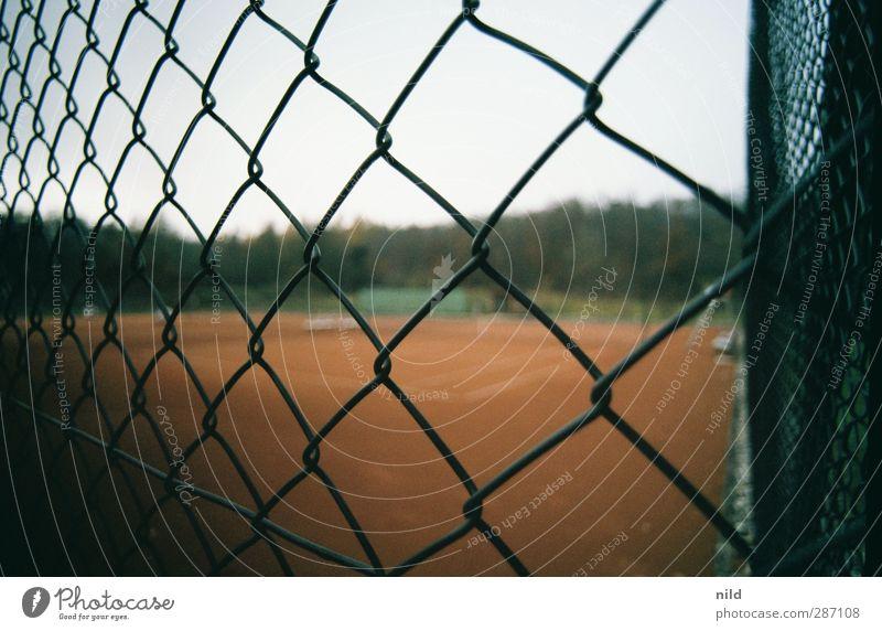Sport fällt heute aus rot Landschaft Herbst grau Horizont Freizeit & Hobby Nebel Fitness Zaun sportlich Sport-Training Tennis schlechtes Wetter Ballsport