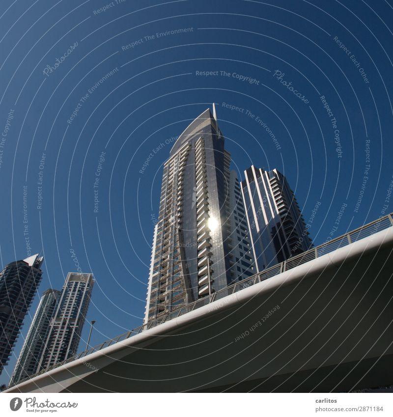 Schräges Foto Dubai Dubai Marina Vereinigte Arabische Emirate Ausstellung Brücke Hochhaus Fassade Reflexion & Spiegelung glänzend Geld Wirtschaft Macht