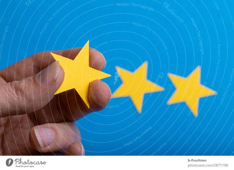 Meine Bewertung Wirtschaft Werbebranche Business Karriere Erfolg Hand Finger Papier Zeichen wählen Bewegung festhalten Kommunizieren blau gelb Stern (Symbol)