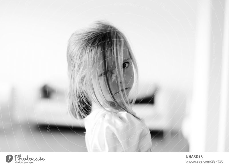 glücks-strähne ? feminin Kind Kleinkind Mädchen Kindheit Kopf Haare & Frisuren Gesicht 1 Mensch 3-8 Jahre blond Gefühle Stimmung träumen Schwarzweißfoto