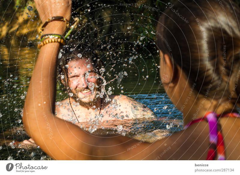 nasse Rache Paar Liebespaar Sommer Flirten Wasser See Fluss platschen spritzen Schwimmen & Baden 2 Menschen Freude Humor Ferien & Urlaub & Reisen Natur Bikini